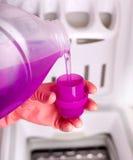 Detersivo di versamento per la lavatrice Fotografie Stock