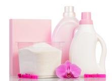 Detersivo e oggetti rosa di pulizia fotografia stock libera da diritti