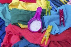 Detersivo e un mucchio della lavanderia sporca Immagine Stock