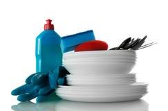 Detersivo, guanti blu e spugna, pila di utensili puliti isolati su fondo bianco fotografia stock