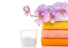 Detersivo per la lavatrice in lavanderia con gli asciugamani immagine stock