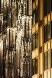 Detial de la catedral de Colonia contra el nuevo edificio Imagenes de archivo