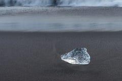 Detial widok góra lodowa na oceanu brzeg fotografia stock