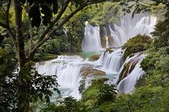 Detian vattenfall i Kina, också som är bekant som förbudet Gioc i Vietnam Arkivfoton