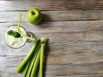 detox καταφερτζής, σέλινο με την πράσινη Apple με τη μέτρηση της ταινίας στο άσπρο ηλικίας ξύλινο υπόβαθρο Στοκ Εικόνες