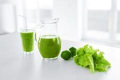 πράσινος χυμός κατανάλωση υγιής Καταφερτζής Detox Τρόφιμα, έννοια διατροφής Στοκ Φωτογραφία