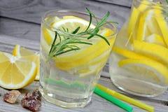 Detox de l'eau dans des verres sur la table Images stock