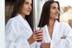 Detox dieta Zdrowe kobiety Pije Świeżego sok, Smoothie Indoors Zdjęcie Royalty Free