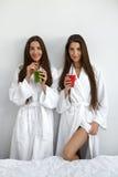 Detox dieta Zdrowe kobiety Pije Świeżego sok, Smoothie Indoors Zdjęcia Royalty Free