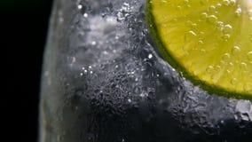 Detox of dorstconcept Gezonde, dieetvoeding Koude limonade, kalkdrank Zwarte achtergrond stock footage