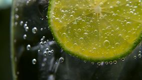 Detox eller törstat begrepp Sund diet-näring Kall lemonad, limefruktdrink Svart bakgrund stock video