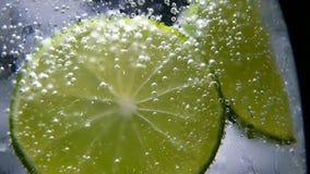 Detox eller törstat begrepp Sund diet-näring Kall lemonad, limefruktdrink Svart bakgrund lager videofilmer