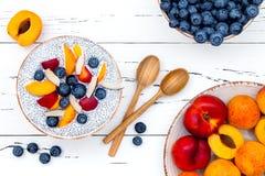 Detox et concept sain de bol de petit déjeuner de superfoods Le chia de lait de noix de coco de Vegan sème le pudding au-dessus d Photographie stock libre de droits