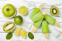 Detox, gesundes grünes Smoothieeis am stiel lizenzfreie stockfotografie