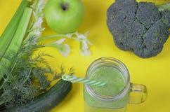 Detox gezonde groene smoothie in metselaarkruik met ingrediënten: spinazie, selderie, komkommer, sla, gember, venkel, kalk en royalty-vrije stock foto