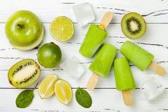 Detox, gezonde groene smoothieijslollys royalty-vrije stock foto