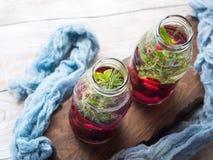 Detox hineingegossenes Wasser mit Beeren und Rosmarin Lizenzfreie Stockbilder