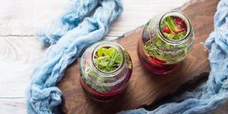 Detox hineingegossenes Wasser mit Beeren und Rosmarin Stockfotografie