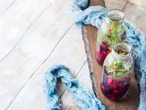 Detox hineingegossenes Wasser mit Beeren und Rosmarin Stockbild