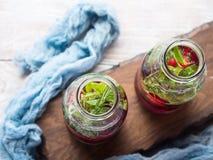 Detox hineingegossenes Wasser mit Beeren und Rosmarin Stockbilder