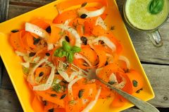 Detox jedzenie z surowym koperem, marchwianą sałatką i owocowym sokiem, obraz royalty free