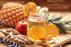 Detox napój z ananasem, imbir, jabłczana anf pieczarka na drewnianym obraz royalty free