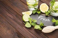 Detox napój z ogórkiem, cytryną i mennicą na drewnianym tle, Zdjęcia Royalty Free