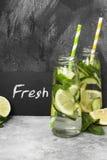 Detox napój z ogórkiem, cytryną i mennicą na szarym tle, Zdjęcie Stock