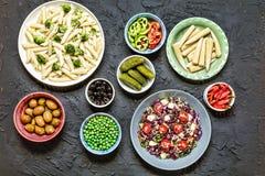 Detox, nourriture végétarienne, brocoli, des pâtes de Manicotti, Penne au delà image libre de droits