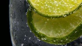 Detox o concepto de la sed Nutrición sana, dietética Limonada fría, bebida de la cal Fondo negro almacen de video