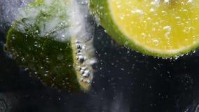 Detox o concepto de la sed Nutrición sana, dietética Limonada fría, bebida de la cal Fondo negro metrajes