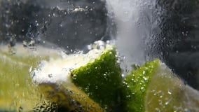 Detox o concepto de la sed Nutrición sana, dietética Limonada fría, bebida de la cal Fondo negro
