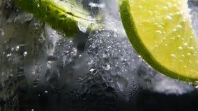 Detox o concepto de la sed Nutrición sana, dietética Limonada fría, bebida de la cal Fondo negro almacen de metraje de vídeo