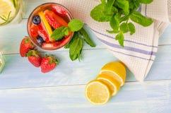 Detox owoc natchnąca doprawiająca woda obrazy royalty free