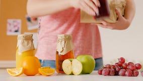 Detox sano de la caja del zumo de fruta de las botellas de la mujer metrajes