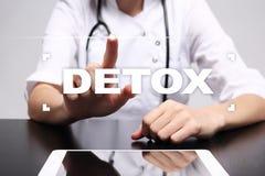 Detox selecto del médico en la pantalla virtual Concepto del cuidado médico Imágenes de archivo libres de regalías