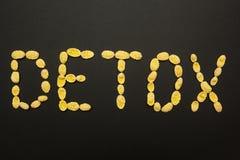 Detox'sen för ordet som 'göras från cornflakes på en svart bakgrund royaltyfria bilder