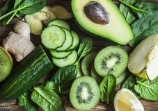 Detox smoothie ingrediënten - verse vruchten en groenten op houten achtergrond, hoogste mening De gezonde levensstijl van het voe stock fotografie