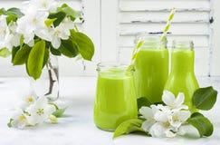 Detox, smoothie verde sano en tarros y botella Fondo rústico de madera blanco con el flor de la manzana Imagen de archivo libre de regalías