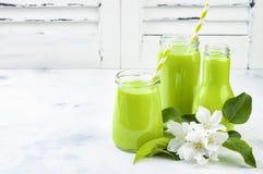 Detox, smoothie verde sano en tarros y botella Fondo rústico de madera blanco con el flor de la manzana Imagen de archivo