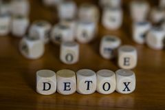 Detox som är skriftlig med träkuben arkivfoto