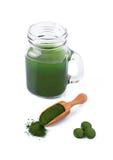 Detox, sund livsstil, havsväxt, organiska spirulina- och chlorellapreventivpillerar och pulver, isolerad drink royaltyfri foto