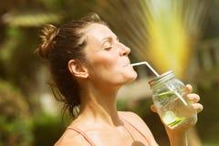 Detox Trinkwasser der Frau kleidete in der Sportkleidung an stockbild