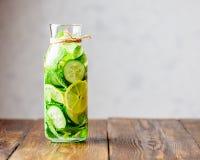 Detox-Wasser hineingegossen mit Zitrone, Gurke und Minze Stockbild