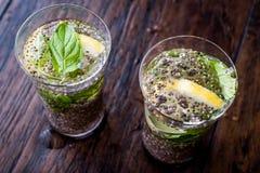 Detox-Wasser mit Chia Seeds, tadellosen Blättern und Zitrone Stockfotos
