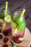Detox woda natchnąca z owoc Lato wodna owoc na nieociosanych półdupkach Fotografia Royalty Free