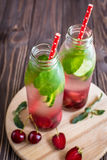 Detox woda natchnąca z owoc Lato wodna owoc na nieociosanych półdupkach Zdjęcia Royalty Free
