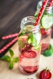 Detox woda natchnąca z owoc Lato wodna owoc na nieociosanym tle Obraz Stock