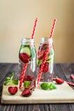 Detox woda natchnąca z owoc Lato wodna owoc na nieociosanym tle Zdjęcie Royalty Free