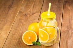Detox woda z pomarańczowymi plasterkami w szklanym słoju Zdjęcie Stock